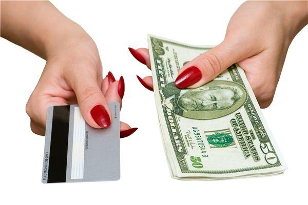 贷款和信用卡同时逾期,应该先还哪一个比较好?